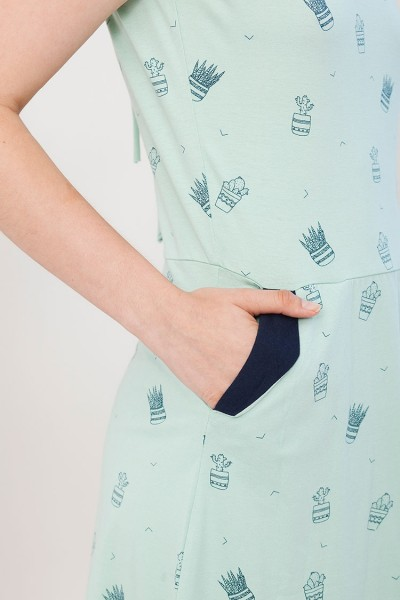 Vestido Inés verde estampado cactus y bolsillos laterales.