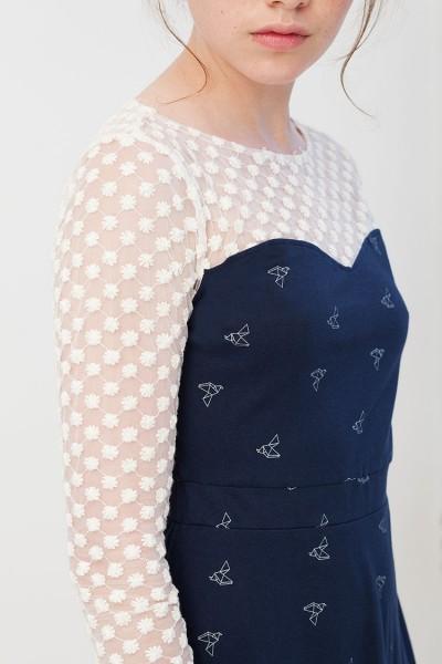 Vestido Irina azul marino con estampado de pájaros origami.
