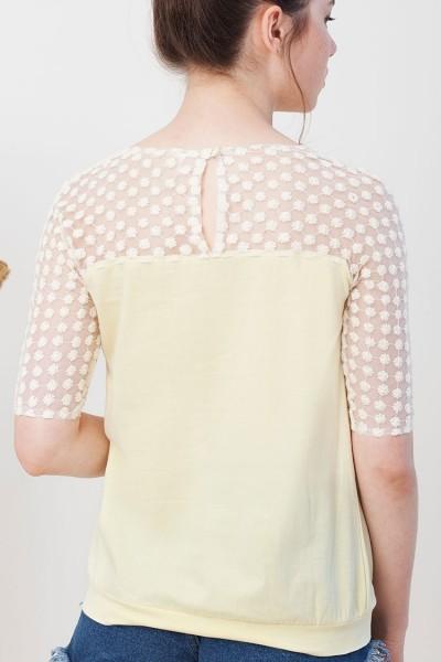 Camiseta Imma color amarillo entallada a la cadera.