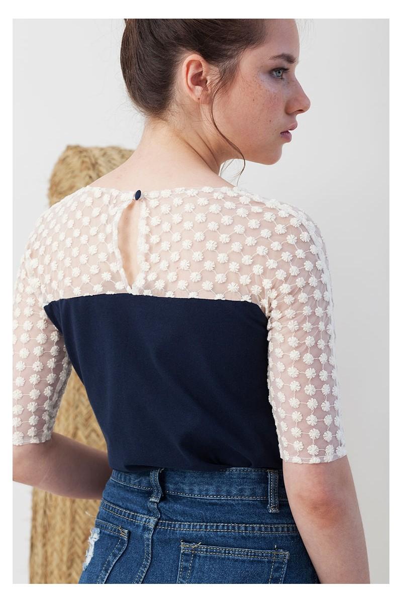 Camiseta Imma azul marino entallada a la cadera.