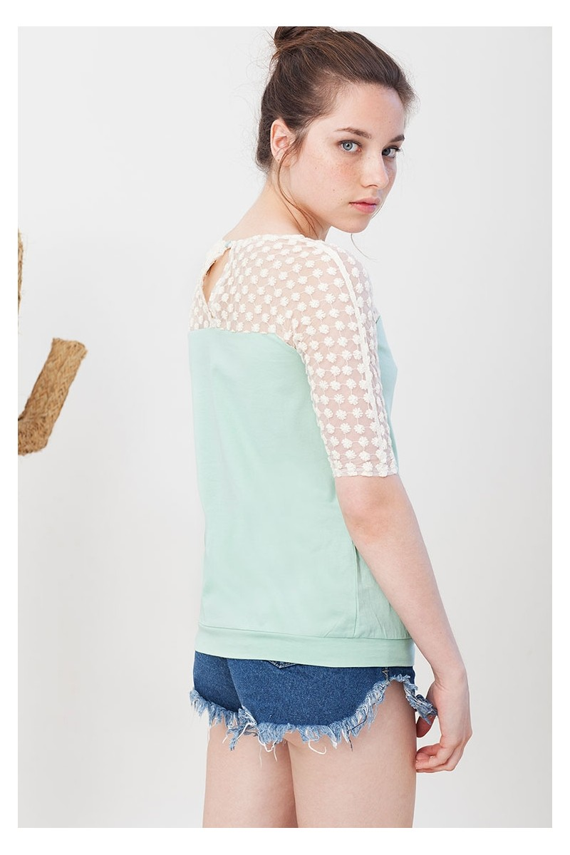 Camiseta Imma verde entallada a la cadera.
