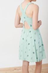 Vestido Ilaria espalda cruzada verde con estampado cactus.