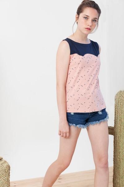 Camiseta canesú Inoa combinada azul marino y rosa estampado abstracto.