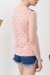 Camiseta canesú Inoa convinada azul marino y rosa estampado abstracto.