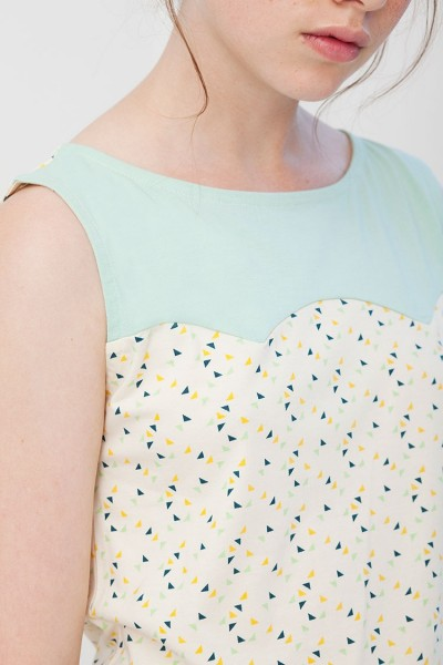 Camiseta canesú Inoa combinada verde y crudo con estampado de triángulos.