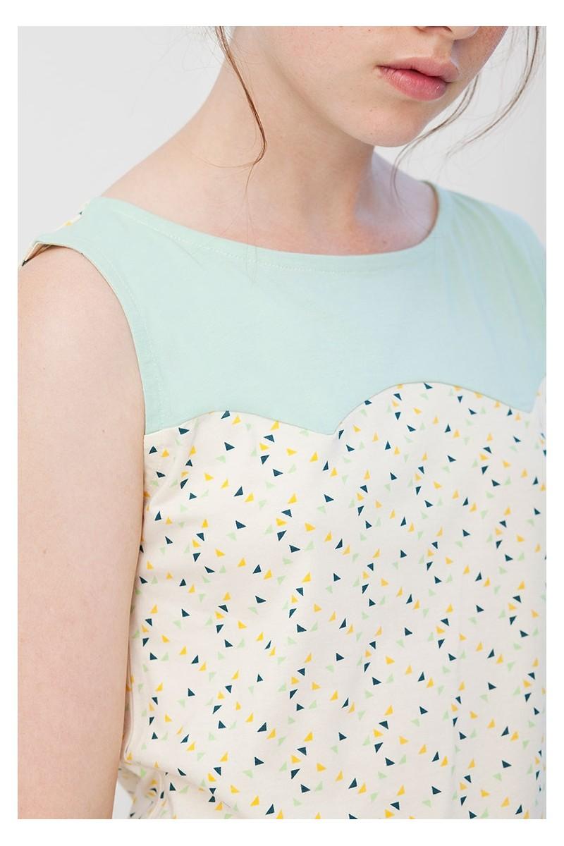 Camiseta canesú Inoa convinada verde y crudo con estampado de triángulos.