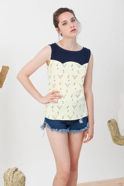 Camiseta canesú Inoa convinada azul marino y amarillo estampado ciervos.