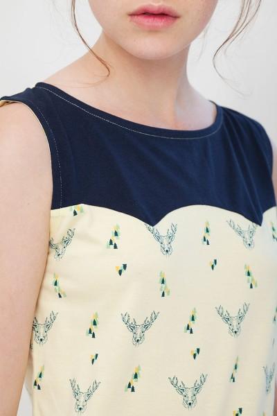 Camiseta canesú Inoa combinada azul marino y amarillo estampado ciervos.