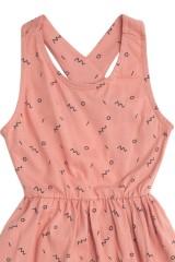 Vestido de tirantes cruzados rosa con estampado abstracto en azul amrino