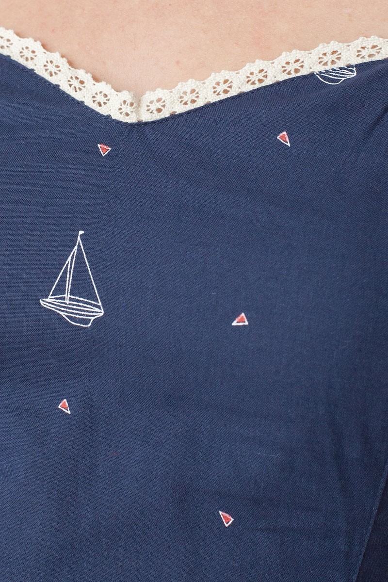 Vestido ecológico Micaela con escote corazón y estampado barcos
