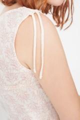 Vestido Mireia con detalle en el hombro con estampado corales