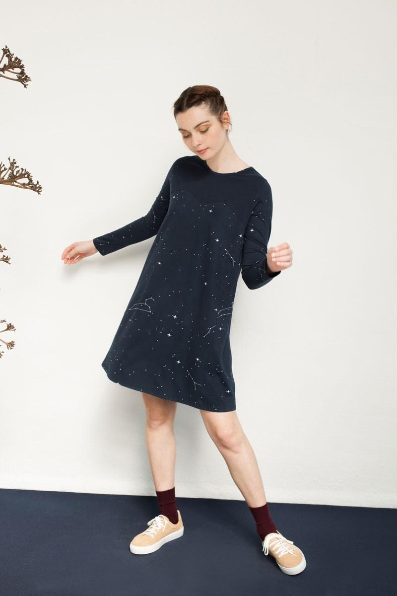 Vestido Nura evasé estampado constelaciones.