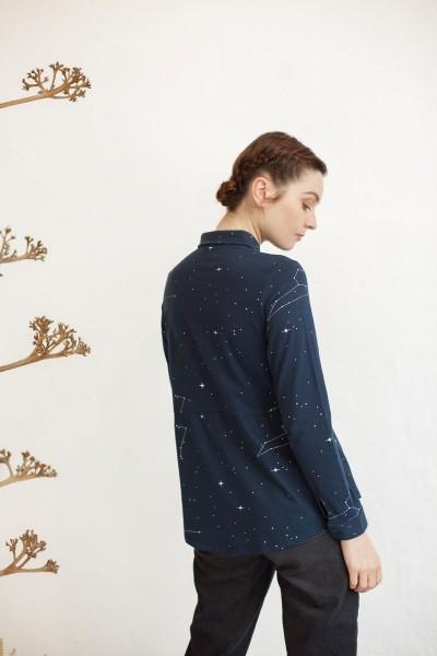 Blusa cuello camisero Nadine estampado constelaciones.