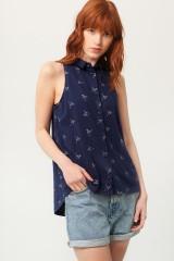 Camiseta Patty cuello camisero azul estampado origami