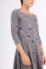 Vestido Celine manga ranglán gris estampado bailando en el cosmos.