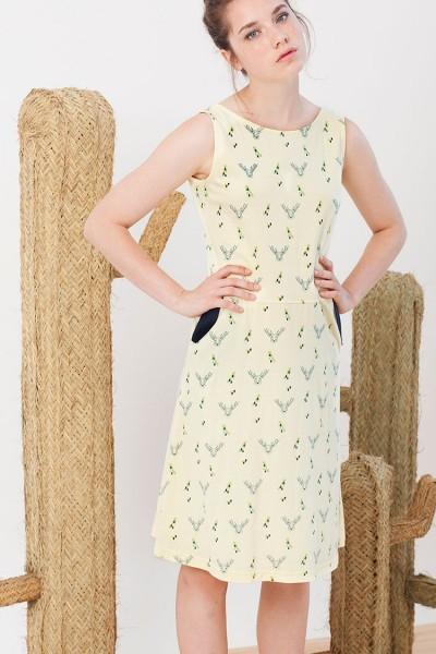 Vestido Inés amarillo estampado ciervos y bolsillos laterales.
