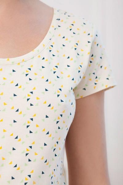 Vestido color crudo Isable con estampado de trángulos.