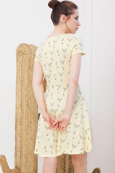 Vestido amarillo Isabel con estampado de ciervos.